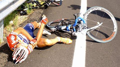 FRYKTER DETTE:Landslagssjef Stig Kristiansen frykter de norske sykkelstjernene kan oppleve situasjoner som dette under VM i Spania. Bildet er av en skadet Josept Jufre, som har veltet under et ritt fra Ponferrada i 2006.