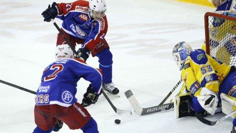 SCORET: Jesper Hoel finner her Jonte Berg som setter inn 1-0 til Vålerenga mot Storhamar. Foto: Terje Bendiksby / NTB scanpix
