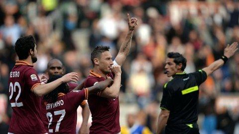 SCORET: Francesco Totti satte inn 2-1 for Roma mot Parma onsdag kveld. AFP PHOTO / Filippo MONTEFORTE