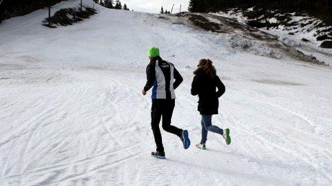 ANDERS AUKLAND og Side2s journalist Silje Bjørnstad på vei opp bakkene.