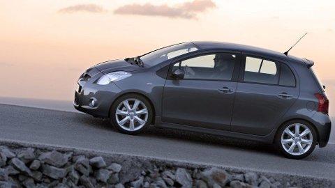 15.000 Toyotaer som triller rundt på norske veier skal kontrolleres. Blant modellene som tilbakekalles er Toyota Corolla sedan, RAV 4 og Toyota Yaris (på bildet). Noen av bilene har problemer med rattet, andre med førersetet og andre igjen med motorstarteren.