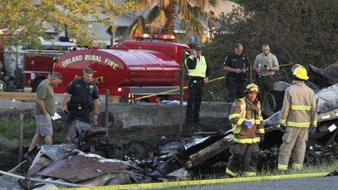 PÅ ÅSTEDET: Politi og brannvesen ved åstedet langs Interstate 5 i nærheten av Highway 32 ved byen Orland i California. Mins ni mennesker ble drept og 32 ble skadd da en turbuss med elever fra videregående skole kolliderte med en trailer fra FedEx.