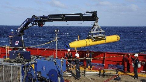 UBÅT: Mannskapet om bord i det australske marinefartøyet Ocean Shield gjør seg klare til å sende en fjernstyrt ubåt ned til havbunnen for å lete etter Malaysia Airlines Flight 370.