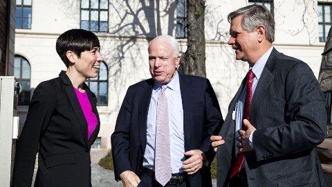 SØREIDE OG TO SENTATORER: Forsvarsminister Ine Eriksen Søreide (H) tok i mot senatorene John McCain (Det republikanske parti, Arizona) og John Hoeven (Det republikanske parti, Nord-Dakota) utenfor Forsvarsdepartementet mandag.