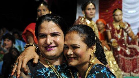 SEREMONI: Indiske transkjønnede fotografert i forbindelse med en bryllupsseremoni i Ahmedabad i juli 2009.