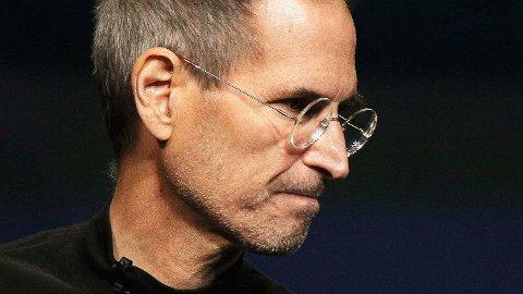 I en av epostene Schmidt sendte til Jobs, lover han å sparke en ansatt som hadde forsøkt å rekruttere en Apple-ansatt. Jobs videresendte eposten til en annen Apple-sjef etter å ha påført et smilefjes.