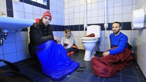 TOALETT: Dette handikaptoalettet har fungert som tremannsrom på kalde netter. Constantin Bunea, Mariana Lacatus og Claudio Marosan er fornøyd med å ha tilgang til vask og vann slik at de får vasket seg hver dag.