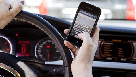 Apple har planer om å gjøre mer for å hindre at brukere skriver tekstmeldinger mens de kjører bil.