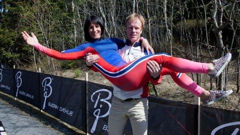 NY AVTALE: Bjørn Dæhlie viser frem Marit Bjørgen i antrekket de norske kvinnelige landslagsløperne skal benytte seg av i konkurranser neste sesong.