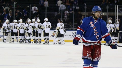 NYTT TAP: Mats Zuccarello og New York Rangers tapte for tredje gang på rad mot Pittsburgh Penguins. Nå må Rangers vinne resten av kampene for å gå videre i sluttspillet.