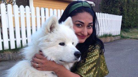 ENGASJERT: Hunden Eckhart fikk komiker Shabana Rehman Gaarder til å engasjere seg for dyrs rettigheter. Nå mener hun at sirkuselefanter må forbys i Norge.