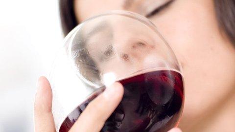 RØDVIN kan gi misfargede tenner, men likevel mener forskere at denne drikken også kan være positiv for tannhelsen.