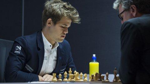 VANT: Magnus Carslen vant over sin tidligere mentor fredag.