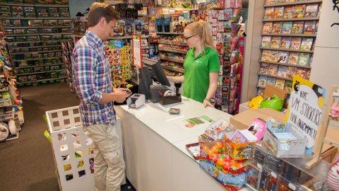 HALVVEIS: Audun Sandvold (28) forteller at han har fylt opp halve klistremerkealbumet sitt. Onsdag var han på leketøysbutikken på Storo for å kjøpe mer.
