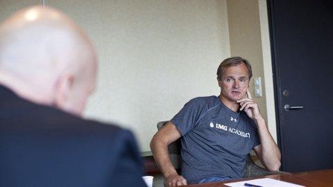 Investor Øystein Stray Spetalen trikser skatten ned i null. Her i samtale med økonomiredaktør i Nettavisen Ole Eikeland.