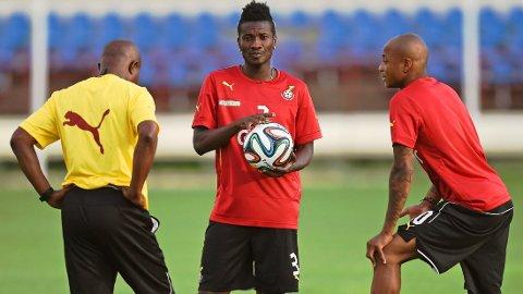 BLIR HØRT: VM-troppen til Ghana får lønnen de har etterlyst. Her er spillerprofilene Asamoah Gyan (midten) og André Ayew i samtale med trener Kwesi Appiah på trening.