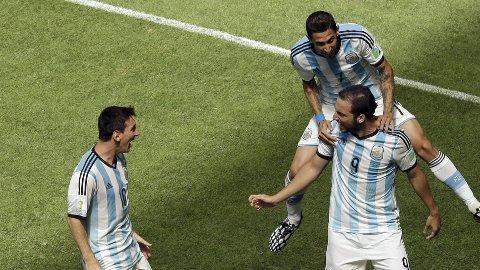 VILL JUBEL: Gonzalo Higuain jubler sammen med Lionel Messi (til venstre) og Angel Di Maria (øverst) etter 1-0-scoringen.