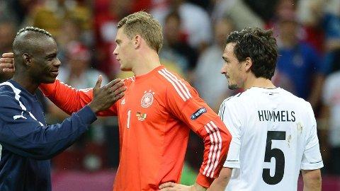 SLÅTT UT: Mario Balotelli takket Manuel Neuer for kampen, mens Mats Hummels stirrer tomt ut i luften. Midtstopperen ble rundspilt av Balotelli i EM-semifinalen i 2012.
