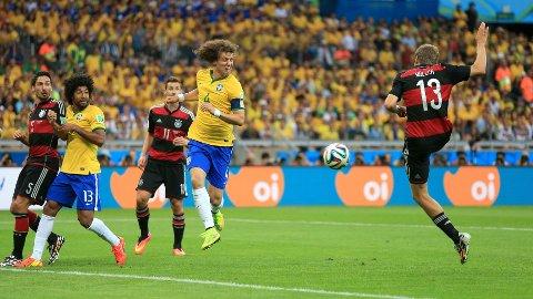 HER KOMMER 1-0: Thomas Müller styrer ballen i mål til 1-0 etter et hjørnespark fra Toni Kroos.