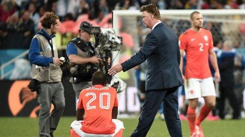TRØSTET SPILLERNE: Louis van Gaal gikk rundt til spillerne med trøst etter tapet i straffespark-konkurransen.