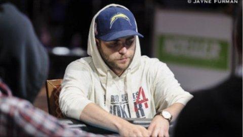 IMPONERER: Nordmannen Felix Stephensen imponerer stort i verdensmesterskapet i poker i Las Vegas. Her sitter han rundt filten i ørkenbyen.