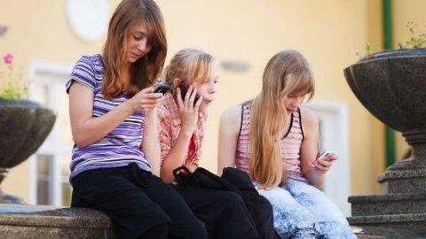 PÅ NETT: Både barn og voksne kan føle at de stadig må følge med på sosiale medier for å holde seg oppdatert, men da er det fort gjort at man går glipp av viktigere ting som skjer akkurat der man befinner seg.