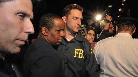 DØMT: James Cromitie (i midten) blir her eskortert av FBI-agenter i forbindelse med pågripelsen i 2009. Han ble dømt for å planlegge terror i 2011. Dommeren i saken ga FBI kraftig kritikk for sinn rolle i planleggingen av terrorhandlingene, og konstaterte at den planlagte terroraksjonen aldri ville kommet så langt hvis det ikke hadde vært for FBI.