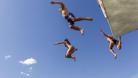 NÅR SOLA STEKER: Oppegård 16. juli. Sola steker, og folk hopper i vannet på Ingierstrand.