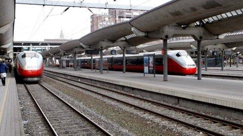 TOGSTANS: Mandag ble det igjen full stans i togtrafikken i Oslo-området. - Vi beklager sterkt, sier Jernbaneverket.