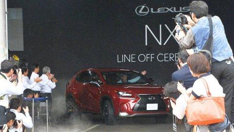 Slik ser det ut når det første eksemplaret av nye Lexus NX ruller av samlebåndet i Japan. Bilen kommer til Norge i oktober.