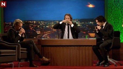 HELIUM: Under tirsdagens Ylvis-show inhalerte Calle Hellevang-Larsen, Bård Ylvisåker og Vegard Ylvisåker helium som en del av en sketsj.