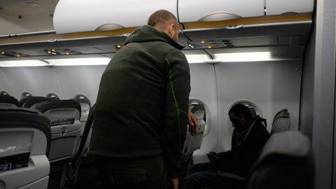FØRST PÅ FLYET: De andre passasjerene på morgenflyet vet ikke om mannen som skal tvangsreturneres. Han reiser uten ledsager, slik tilfellet er med de fleste som blir tvangsreturnert. (Bildet er sladdet).