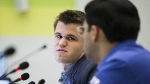NYTT PARTI: Fredag er det klart for femte parti i VM-kampen mellom Magnus Carlsen og Vishy Anand.