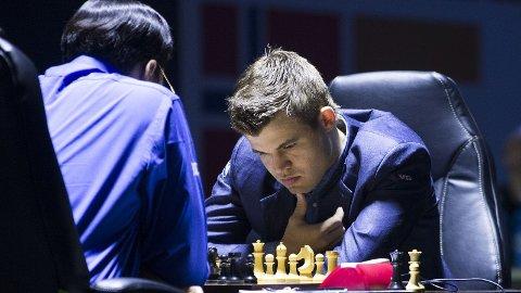 TOK SEG TID: Mandagens duell mellom Vishy Anand og Magnus Carlsen var den lengste i VM-matchen så langt.