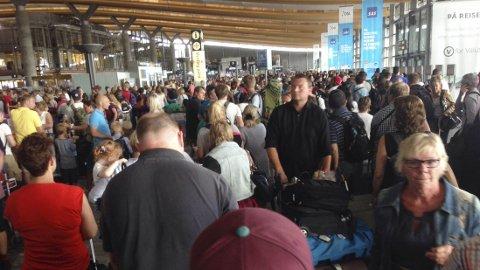 KAN BLI FOLKSOMT: Den varslede flystreiken tirsdag kan gjøre at det blir folksomt på landets flyplasser dersom det blir streik tirsdag.