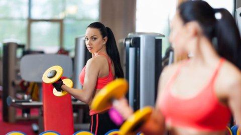SPEIL SPEIL PÅ VEGGEN DER: Hvem har de største armmusklene på treningssenteret her?
