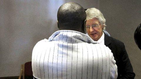 HAR HELE TIDEN NEKTET SKYLD: Sadi Bugingo (med ryggen til) sammen med sin forsvarer Harald Stabell da tingretten startet sin behandling av saken i september 2012.