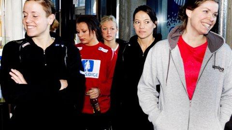 DEBUTANTER: Ferskingene Nora Mørk og Stine Bredal Oftedal på pressetreff på Lillehammer i 2010.