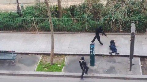 SKYTER SKADD POLITIMANN: Den videoen viser attentatmennene skyte en politimann under onsdagens terroraksjon.