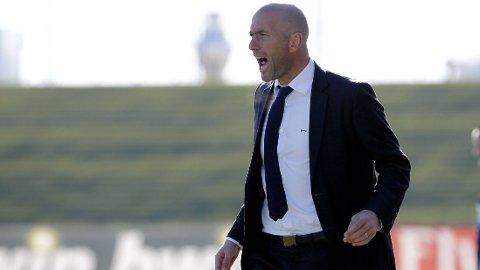 Zinedine Zidane fulgte engasjert med fra sidenlinjen da laget hans Castilla spilte mot Fuanlabrada søndag ettermiddag.