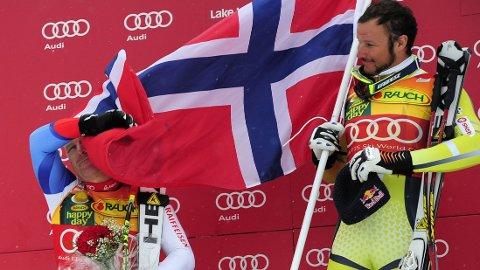 UFORSTÅELIG: Didier Cuche, delvis skjult bak det norske flagget, forstår ikke hvordan Norge klarer å få frem toppalpinister, som Aksel Lund Svindal, på løpende bånd.