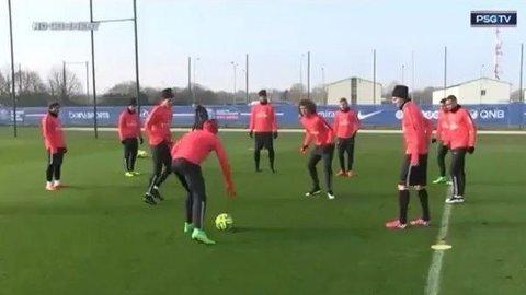 LEKESTUE: På trening leker PSG-stjernene seg med blant andre David Luiz som må slite i midten i det som populært kalles «firkant». FOTO: skjermdup Instagram / thiagosilva_33