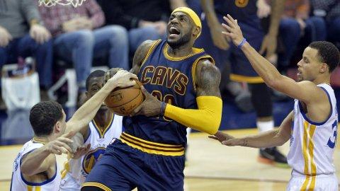 TRE MOT EN: Det skal litt til for å stoppe LeBron James når har først bestemmer seg. FOTO: NTB scanpix