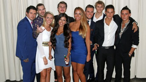 PREMIEREFEST: Alle deltakerne var samlet for å se årets første episode av «Paradise Hotel». Her er noen av gjestene som sjekker inn den første uka.