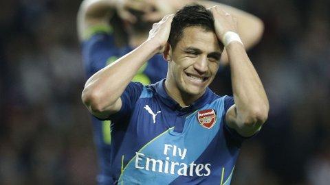 UTE: Alexis Sanchez og de andre Arsenal-spillerne er ute av Champions League.