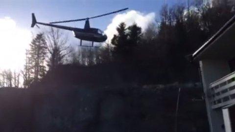 VISER TIL LOVVERKET: Her lander Robinson R44-helikopteret ved boligfeltet i Mandal, til flere naboers fortvilelse. Helikopterpilot og grunneier Per Arvid Olsen mener han har retten på sin side.