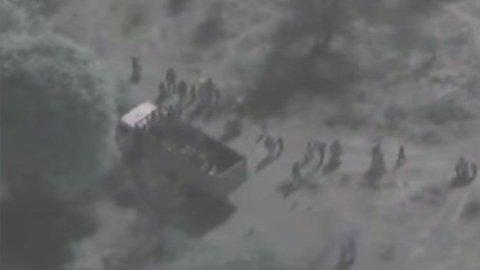 FLYKTER: Videoopptak fra helikopter viser hvordan kvinner og barn flykter i det regjeringssoldater angriper Boko Haram-leiren.