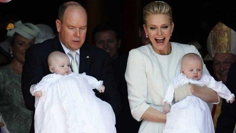 PÅ VEI UT AV KATEDRALEN: Her er tvillingene døpt. Lille kronprins Jaques bæres av Charlene mens lille prinsesse Gabriella i armene på prins Albert.