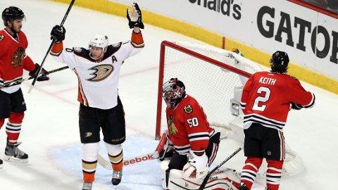 SVARTE MED SEIER: Anaheim Ducks vant 2-1 i kamp tre mot Chicago. Her jubler Corey Perry (i hvitt) for scoringen til Patrick Maroon.