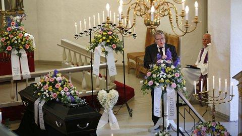 Tidligere idrettspresident Børre Rognlien holder tale under bisettelsen i Nøtterøy kirke.